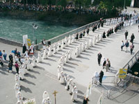 Procession eucharistique à Lourdes